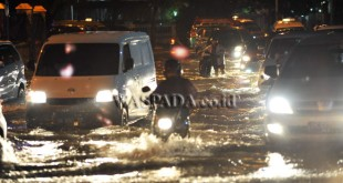 Sejumlah kendaraan menerobos banjir yang menggenangi kawasan Jalan Stasiun Kereta Api Medan, Kamis (29/9). Saluran pembuangan air yang tersumbat serta curah hujan yang tinggi menyebabkan kawasan tersebut tergenang air hingga ketinggian 30 cm. (WOL Photo/Ega Ibra)