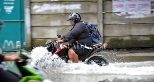 Pengendara sepeda motor menerobos banjir di kawasan Jalan Dr. Mansyur Medan, Kamis (29/9). Hujan dan angin kencang pada Rabu (28/9) malam, menyebabkan sejumlah ruas jalan di kawasan tersebut tergenang air hingga ketinggian 50 cm. (WOL Photo/Ega Ibra)
