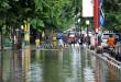 Sejumlah kendaraan mengambil jalur yang berlawanan arah untuk menghindari banjir di kawasan Jalan Dr. Mansyur Medan, Kamis (29/9). Hujan dan angin kencang pada Rabu (28/9) malam, menyebabkan sejumlah ruas jalan di kawasan tersebut tergenang air hingga ketinggian 50 cm. (WOL Photo/Ega Ibra)