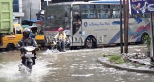 kondisi simpang Amplas yang tergenang banjir.(WOL Photo/muhammad rizki)