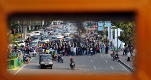 Sejumlah kendaraan terjebak macet saat kelompok aksi Himpunan Mahasiswa Islam (HMI) melakukan berunjuk rasa di kawasan Jalan Balai Kota Medan, Jumat (23/9). Dalam aksinya, Massa HMI menyampaikan beberapa tuntutan diantaranya meminta diusut secara tuntas kasus pelecehan HMI oleh komisioner KPK Saut Situmorang dan usut tuntas kasus pemukulan terhadap Ketua Umum HMI Cabang Ternate oleh oknum Kejaksaan Tinggi Maluku Utara. (WOL Photo/Ega Ibra)