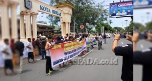 Masyarakat Binjai Utara demo di kantor Wali Kota Binjai, mengecam Komisi A DPRD yang diduga menggunakan kekuatan politisnya untuk menghalangi program listrik nasional.