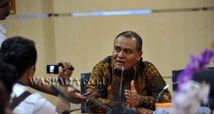 Kepala Kantor Wilayah Direktorat Jenderal Pajak Sumatera Utara I, Mukhtar memberi keterangan kepada wartawan terkait pelayanan wajib pajak, Medan, Kamis (29/9). Kanwil DJP Sumut I menambah jam pelayanan wajib pajak hingga pukul 00.00 WIB menjelang berakhirnya amnesti pajak periode pertama. (WOL Photo/Ega Ibra)