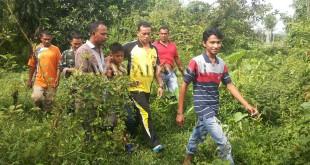 Kapolsek Cot Girek, Ipda Amiruddin bersama Geuchik Desa Alue Drien, Anwar dan masyarakat menemukan Ariansyah (12) di kebun desa setempat.(WOL Photo/chairul sya'ban)