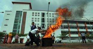 Pegawai Rumah Sakit Universitas Sumatera Utara (RS USU) memadamkan api menggunakan karung basah saat mengikuti kegiatan latihan mengatasi kebakaran, Medan, Jumat (16/9). Kegiatan tersebut bertujuan untuk mengajarkan para pegawai cara memadamkan api saat terjadi kebakaran di dalam gedung. (WOL Photo/Ega Ibra)