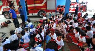 Sejumlah siswa Taman Kanak-kanak (TK) dan Sekolah Dasar (SD) mengikuti kegiatan pengenalan pencegahan kebakaran di Kantor Dinas Pencegah dan Pemadam Kebakaran (DP2K) Kota Medan, Rabu (28/9). Kegiatan tersebut untuk memberi pemahaman pencegahan dan penanganan awal kebakaran kepada anak-anak di lingkungan sekolah atau tempat tinggalnya. (WOL Photo/Ega Ibra)