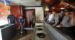 Petugas Dinas Pencegah dan Pemadam Kebakaran (DP2K) Kota Medan, memeriksa kelayakan alat pencegah dan pemadam kebakaran yang berada di dalam Gedung Hotel Novotel Soechi Medan, Rabu (28/9). Pemeriksaan dilakukan untuk memastikan bangunan memiliki alat pencegah pemadam kebakaran yang layak sekaligus sosialisasi Perda nomor 6 tahun 2016 tentang retribusi alat pencegah dan pemadam kebakaran. (WOL Photo/Ega Ibra)