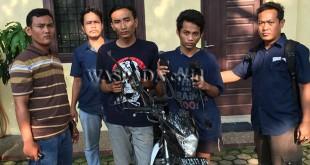 Petugas Tim Khusus Reskrim Polsek Medan Helvetia, mengapit dua maling.( WOL. Photo/gacok)