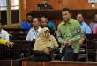 Mantan Gubernur Sumatera Utara yang menjadi terdakwa kasus dugaan korupsi, Gatot Pujo Nugroho (kanan) saat menjalani sidang dengan agenda keterangan saksi di Pengadilan Tindak Pidana Korupsi (Tipikor) Medan, Kamis (1/9). Sidang kasus dugaan korupsi dana hibah serta dana bantuan sosial (bansos) Pemerintah Propinsi Sumatera Utara tahun 2013 ditunda karena terdakwa sakit. (WOL Photo/Ega Ibra)