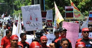 Aliansi Buruh Bergerak Sumatera Utara (ABB-SU) menggelar aksi unjuk rasa dengan berjalan menuju kantor Gubernur Sumatera Utara, Medan, Kamis (29/9). Dalam aksinya buruh menuntut agar pemerintah menaikan upah tahun 2017 sebesar Rp.650.000. (WOL Photo/Ega Ibra)