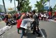Massa aksi yang tergabung dalam Komite Rakyat Bersatu (KRB) melakukan teatrikal saat menggelar aksi unjuk rasa di depan Kantor Gubernur Sumut, Medan, Senin (26/9). Dalam aksinya massa KRB menuntut agar diselesaikannya konflik agraria yang berdasarkan keadilan dan berpihak pada rakyat. (WOL Photo/Ega Ibra)