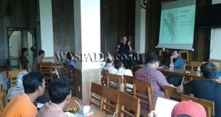 Aktivis Yayasan Ekosistem Lestari-Program Konservasi Orangutan Sumatera, Ian Singleton Ph.D Saat Menyampaikan Materinya di Banda Aceh. (WOL Photo/Chairul Sya'ban)