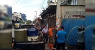 Foto Gudang BBM Ilegal, Jalan Selam Medan. (WOL Photo/Lihaves Supri)