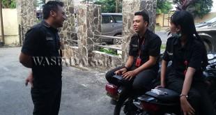 Pekerja Swalayan Smarco Superstore menunggu temannya membuat pengaduan di SPKT Polsek Medan Sunggal.(WOL. Photo/gacok)