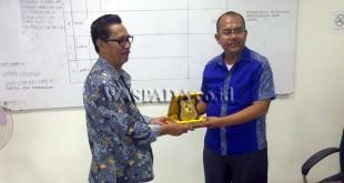 DPRD Kota Bandung serahkan cendramata ke DPRD Kota Medan, Rabu (28/9). (WOL Photo)