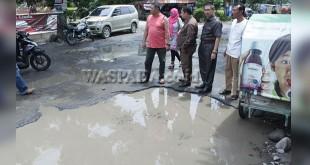 Ketua DPRD Medan, Henry Jhon Hutagalung saat meninjau sejumlah jalan rusak di kawasan Kecamatan Medan Timur, Rabu (28/9). (WOL Photo/M. Rizki)