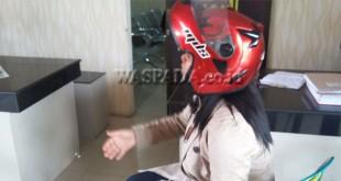 Tresia Boru Sihombing, pakai helm menjadi korban perampokan lapor polisi.(WOL. Photo/gacok)