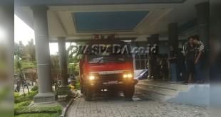 Mobil pemadam kebakaran milik Pemko Medan yang datang ke lokasi balik kanan karena api sudah padam berkat kerja keras pegawai kantor tersebut.(WOL. Photo/gacok)