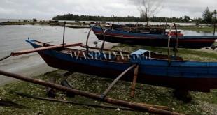 """Perahu Nelayan Tradisional Simeulue tampak naik """"galangan"""" di Pantai Sibao, Kuala Makmur. (WOL Photo)"""