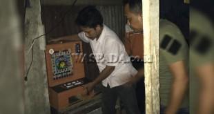 Tim Anti Begal (TAB) Reskrim Polsek Medan Helvetia mengangkat mesin judi jackpot dari warung milik warga.(WOL Photo/Gacok)