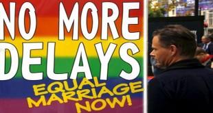 Spanduk protes atas penundaan legalisasi pernikahan sejenis di Australia (Foto: David Gray/Reuters)