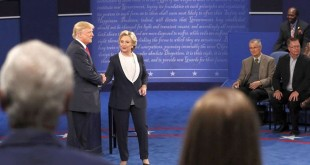 Donald Trump dan Hillary Clinton bersalaman usai Debat Capres AS putaran kedua di Washington University. (Foto: Reuters)