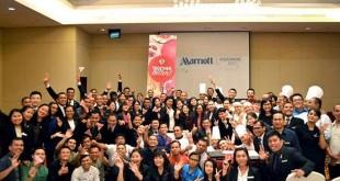 General Manager JW Marriott Medan melakukan perayaan dengan staf Marriott International, baru-baru ini, setelah secara sukses mengakuisisi Starwood Hotels & Resorts Worldwide, Inc, dalam rangka menciptakan perusahaan hotel terbesar dan terbaik di dunia yang memberikan pengalaman perjalanan yang tak tertandingi bagi para tamu. (Istimewa)