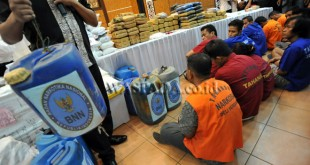 Sejumlah tersangka kepemilikan narkoba dihadapkan dengan barang bukti saat gelar kasus kejahatan narkoba di Polda Sumut, Medan, Senin (31/10). Selama bulan Oktober jajaran kepolisian Polda Sumut bersama Badan Narkotika Nasional Provinsi (BNNP) Sumut berhasil menggagalkan peredaran narkoba jenis heroin sebanyak 1 kg, sabu-sabu 104,08 kg, ganja 336,05 kg dan pil ekstasi 50.422 butir dari 47 tersangka dalam 39 kasus. (WOL Photo/Ega Ibra)