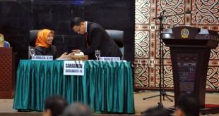 Calon Wakil Gubernur Sumatera Utara, Nurhajizah (kiri) dan Muhammad Idris Lutfi (kanan) saat mengikuti rapat paripurna pemilihan Wakil Gubernur Sumut di DPRD Sumut, Medan, Senin (24/10). Nurhajizah menjadi Wakil Gubernur Terpilih sisa masa jabatan 2013-2018 dengan perolehan 68 suara. (WOL Photo/Ega Ibra)