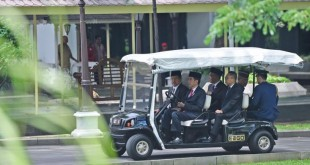 Presiden Joko Widodo mengemudikan golf car di Kompleks Istana Kepresidenan, Rabu (26/10/2016) lalu. Menariknya, Wakil Presiden Jusuf Kalla, Ketua MPR RI Zulkifli Hasan dan Ketua DPD RI Muhammad Saleh jadi penumpang golf car itu.