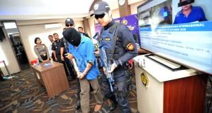 Petugas Bea dan Cukai memperlihatkan seorang pelaku penyelundupan narkotika yang berhasil diamankan di Bandara Intenasional Kualanamu, Deli Serdang, Sumatera Utara, Senin (24/10). Bea dan Cukai Kualanamu berhasil menggagalkan penyelundupan narkotika jenis sabu-sabu seberat 200 gram yang disembunyikan di dalam layar laptop pelaku dengan inisial EO warga negara Malaysia melalui penerbangan Malaysia ke Kualanamu. (WOL Photo/Ega Ibra)