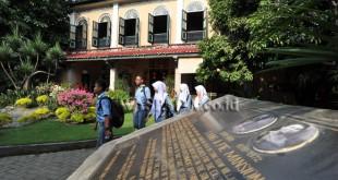 Sejumlah pelajar berkeliling di halaman Rumah Tjong A Fie yang menjadi museum dan bangunan cagar budaya nasional, Medan, Kamis (27/10). Di museum dan bangunan cagar budaya nasional seluas 6000m2 yang berumur lebih dari seabad ini, pengunjung dapat menikmati keindahan arsitektur Cina kuno yang digabungkan dengan nuansa arsitektur gaya Eropa dan Melayu. (WOL Photo/Ega Ibra)
