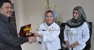 Kabag Humas Sekretariat DPRD Medan, Yuslizar Usman menerima cenderamata dari Ketua DPRD Pesawaran Provinsi Lampung, Rabu (12/10).(WOL Photo)