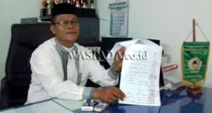 Camat Lhoksukon, Saifuddin SE Saat Menunjukkan Bukti Berita Acara Musyawarah. (WOL Photo/Chairul Sya'ban)
