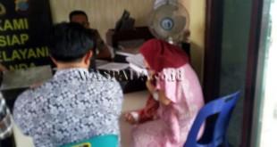 Korban Sriani (40) didampingi keluarganya (belakangi lensa) berada di SPKT Polsek Medan Sunggal untuk membuat pengaduan. (WOL Photo/Gacok)