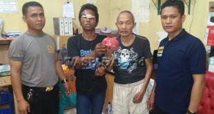 Petugas Juru Periksa Reskrim Polsek Medan Sunggal mengapit dua tersangka pengedar dan pembeli narkoba. (WOL Photo/gacok)