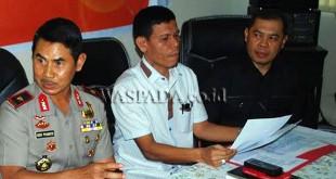 Dirkrimsus Polda Sumut, Kombes Pol Toga Habinsaran Panjaitan (tengah) memberi keterangan pers. (WOL Photo)