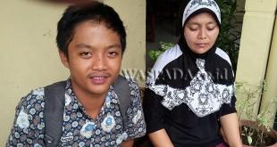 Korban begal, Ahmad Ardiansyah, didampingi ibunya datangi Polsek Medan Sunggal untuk melihat 7 wajah begal.(WOL Photo/Gacok)