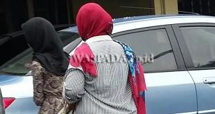 Mawar (18) korban perkosaan usai menjalani pemeriksaan di SPKT Polsek Medan Sunggal. (WOL Photo/Gacok)