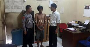 Panit Reskrim Polsek Medan Sunggal Iptu Martua Manik SH MH (kanan), sedang menginterogasi tersangka. (WOL Photo/Gacok)