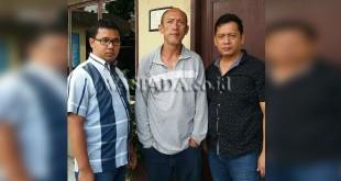 Petugas Juru Periksa Reskrim Polsek Medan Sunggal mengapit tersangka Regar (49), yang tega mengancam bunuh ibu kandungnya sendiri. (WOL Photo/Gacok)