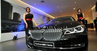 Sales Promotion Girl (SPG) berdiri di dekat unit mobil BMW Seri 7 saat pembukaan Showroom BMW di Medan, Jumat (18/11). Peresmian showroom BMW terbaru di Medan untuk meningkatkan performa dan pelayanan, dengan memperkuat jaringan nasional khususnya daerah Sumatera UItara. (WOL Photo/Ega Ibra)