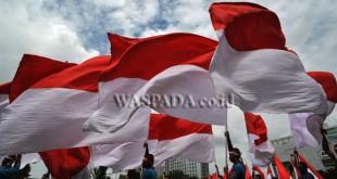 Prajurit TNI dan Polri serta para pelajar mengibarkan bendera merah putih saat Gebyar Bhinneka Tunggal Ika di Lapangan Benteng Medan, Rabu (30/11). Kegiatan yang mengangkat Tema, Indonesiaku Indonesiamu Indonesia Kita Bersama, mengajak kepada seluruh lapisan masyarakat untuk bersama menjaga kebhinnekaan. (WOL Photo/Ega Ibra)
