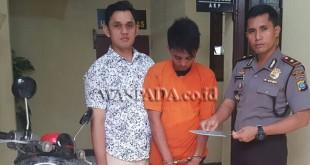 Kapolsek Medan Barat, Kompol Victor Ziliwu SH SIK MH (kanan) didampingi Kanit Reskrim Iptu Rusdi Marzuki SIK MH, mengampit tersangka begal ketika usai diinterogasi.(WOL. Photo/gacok)