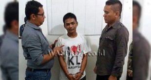 Dua penyidik pembantu Reskrim Polsek Medan Sunggal mengapit tersangka pencurian sepeda motor. (WOL. Photo/gacok)