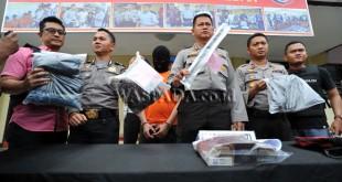 Kapolrestabes Medan, Kombes Pol Mardiaz Kusin Dwihananto (ketiga kanan) menunjukan tersangka dan barang bukti saat gelar kasus pembunuhan di Medan, Kamis (3/11). Pelaku WP (15) melakukan pencurian dan  pembunuhan terhadap nenek 71 tahun dengan alasan untuk membeli laptop. (WOL Photo/Ega Ibra)