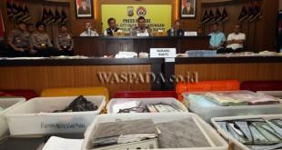 Kapolda Sumatera Utara, Irjen Pol Rycko Amelza Dahniel (tengah) beserta jajaran memperlihatkan barang bukti dugaan pungli Bongkar Muat (Dwelling Time) saat gelar kasus,di Medan, Kamis (3/11). Tim gabungan Mabes Polri dan Polda Sumut menetapkan empat orang tersangka dari Operasi Tangkap Tangan (OTT) dugaan pungli yang merupakan pengurus Koperasi Tenaga Kerja Bongkar Muat (TKBM) Upaya Karya dan pegawai Otoritas Pelabuhan Belawan dengan barang bukti uang sejumlah Rp390 juta. (WOL Photo/Ega Ibra)