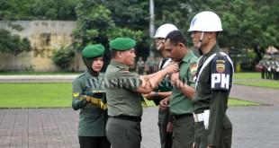 Kasdam I Bukit Barisan, Brigjen TNI Tiopan Aritonang (kedua kiri) secara simbolis melepaskan seragam Praka Agus Alosius Purba sebagai bentuk pemecatan secara tidak hormat di Lapangan Benteng Medan, Senin (7/11). Kodam I Bukit Barisan melakukan pemecatan terhadap 47 anggota TNI dan 11 orang di antaranya terlibat dalam penyalahgunaan narkoba serta tindak pidana disersi. (WOL Photo/Ega Ibra)