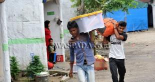 Imigran Rohingya asal penampungan sementara di Provinsi Aceh mengangkut barangnya saat berada di penampungan sementara Beraspati Medan, Selasa (22/11). Para Imigran akan menjalani proses verifikasi dan persyaraatan lainnya untuk selanjutnya diberangkatkan ke negara ketiga melalui Medan. (WOL Photo/Ega Ibra)