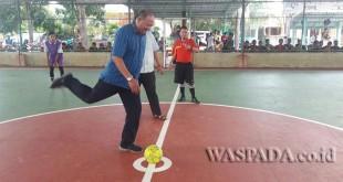 Ketua Fraksi PAN DPRD Sumut, Syah Afandin melakukan kick off. (WOL Photo)